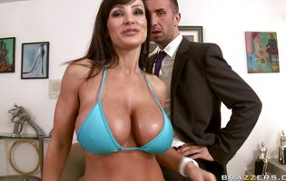 Lusty busty brunette chick Lisa Ann is offering her bum to lover who want to fuck her