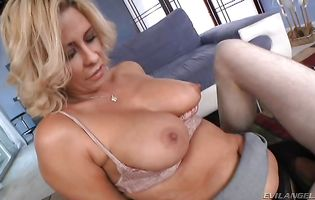 Naked blonde Phyllisha Anne got booty fucked before she even had a decent breakfast